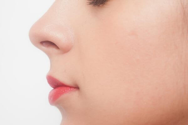鼻の中は近くから見ると毛が目立つので、この女性のように人に会う前にケアする必要がある